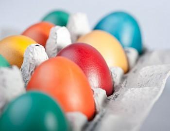 Как красить яйца экологичными способами?