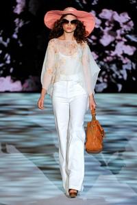В моде 2011 года классические модели женских брюк, укороченные брюки, брюки-шаровары... Мировые кутюрье в этом